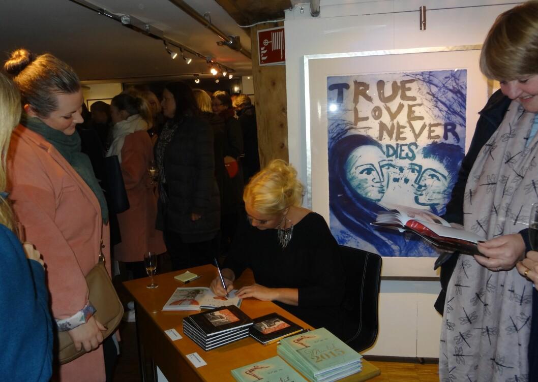 SIGNERING: Det var lang kø da kunsteren Bjørg Thorhallsdottir signerte bøker i galleri SG torsdag kveld.