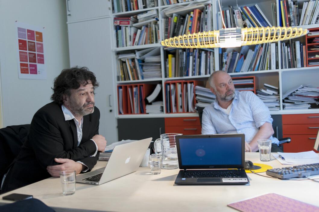 Instituttleder Florian Schneider (t.v) og Carl Fredrik Shetelig (t.h) tar brevet til studentene på alvor.