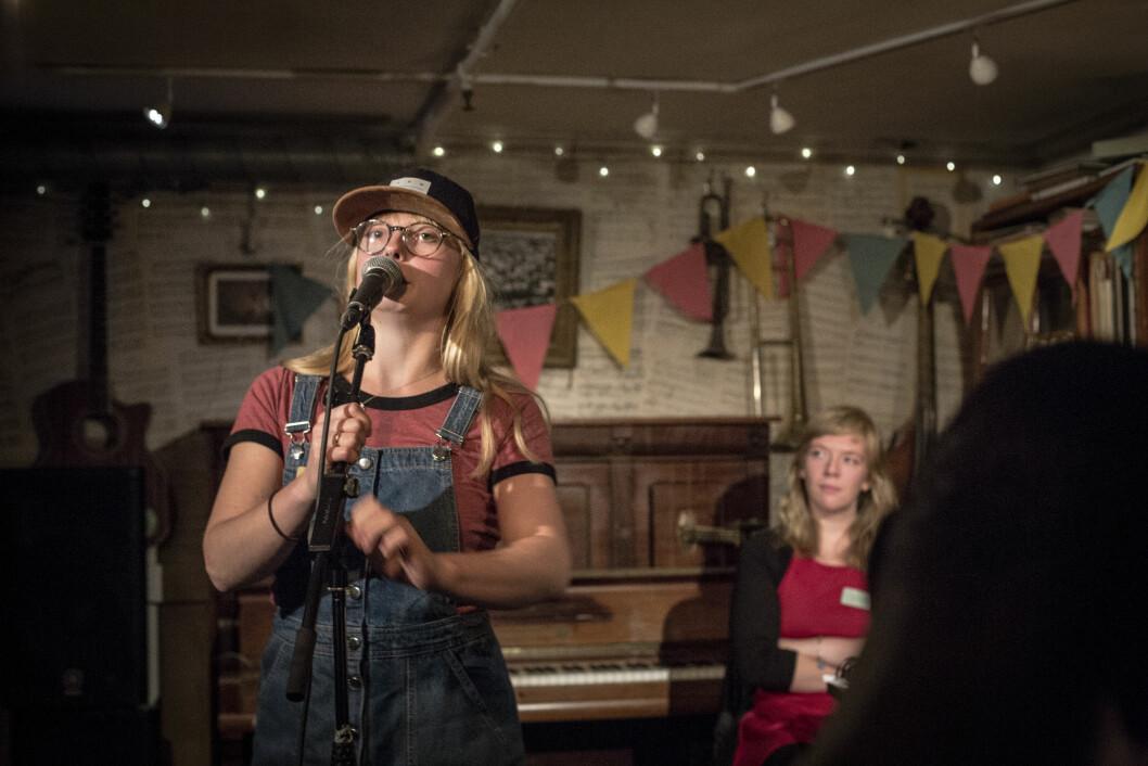Sofie Retterstøl Olaisen er vokalist i bandet «Venner», og bruker slampoesi-tekstene sine i musikken.