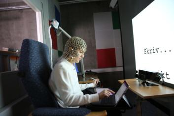 BRUKER EEG: Forsøkspersonene ble vist et bilde på skjermen for seg og ble så bedt om å enten tegne, skrive eller beskrive det. De to sistenevnte ble gjort med tastatur.