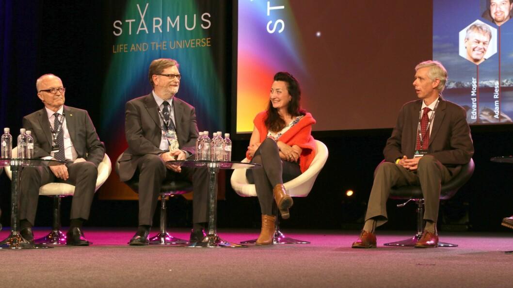 Bilde fra paneldebatten med Nobelprisvinnerne. Fra venstre: Finn Kydland, George Smoot, May-Britt Moser og Adam Smith