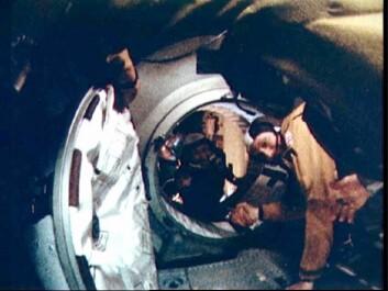 De amerikanse astronautene og de russiske kosmonautene tar hverandre i hendene etter å ha koblet seg sammen i rommet for første gang.