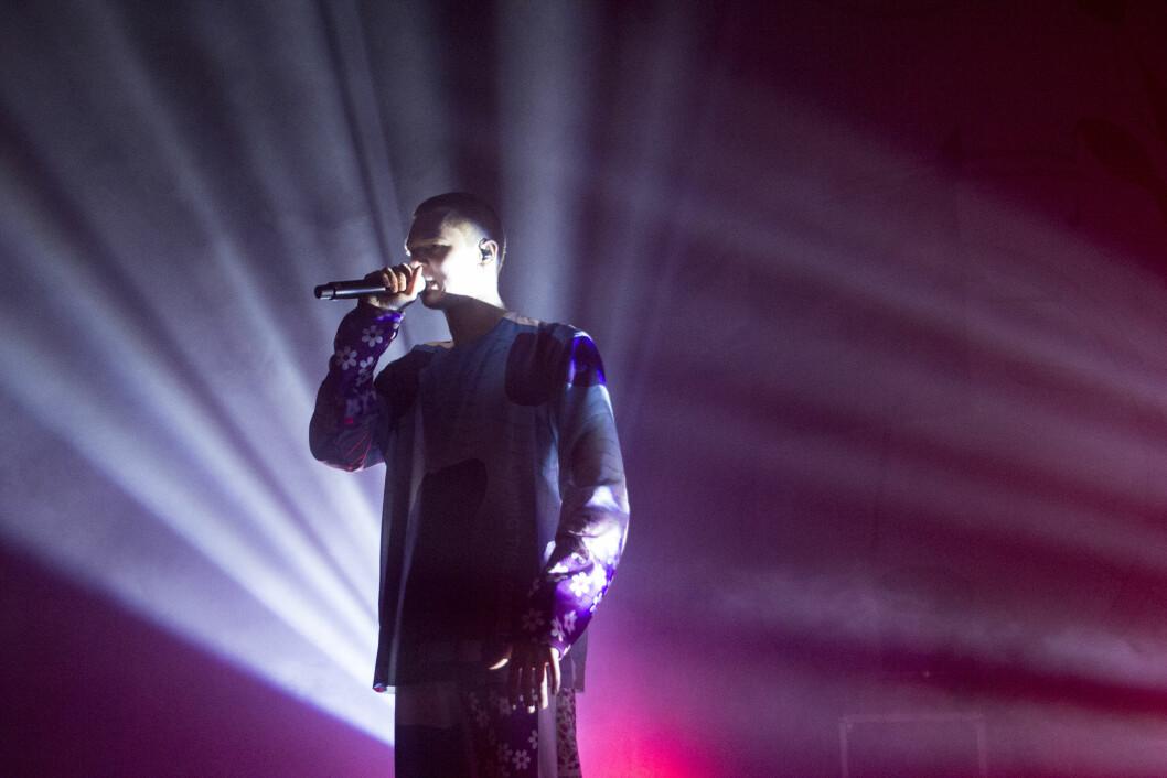 Kristoffer Cezinando Karlsen kommer til Pstereofestivalen. Her under en opptreden på Byscenen 16. november.