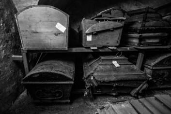 Før i tiden kunne man bli gravlagt under kirkegulvet – men da måtte man bla opp.