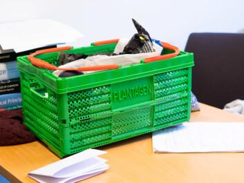 FAST FØLGE: Den grønne kurven er stort sett med på forelesninger. I den bærer Ystenes med seg oppgaver til studentene.