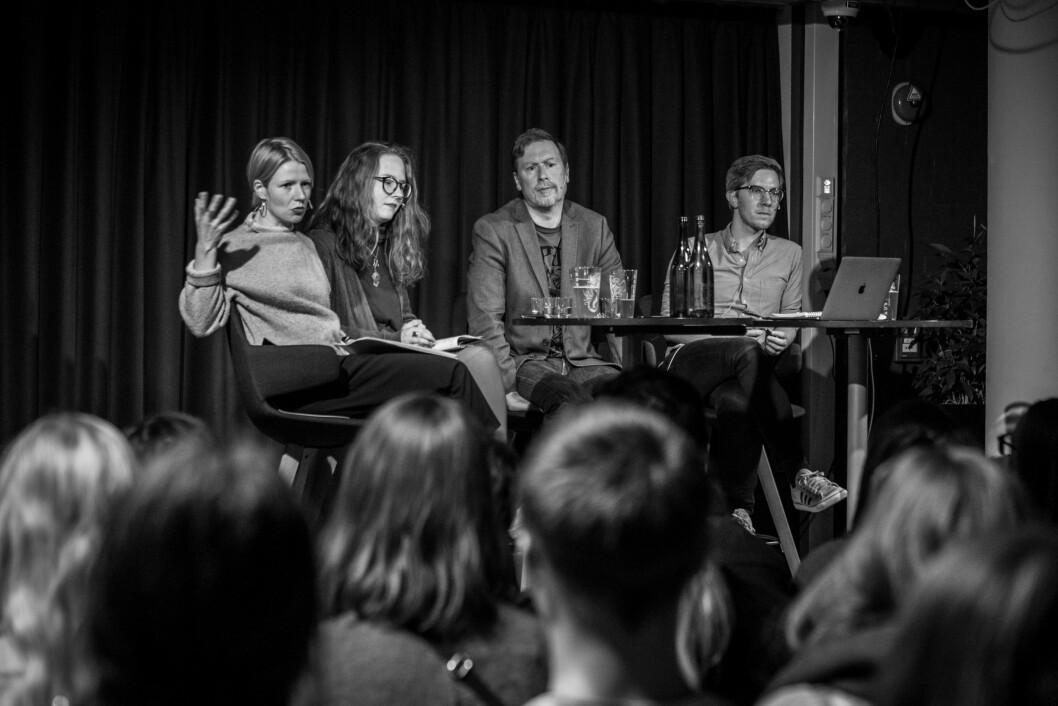 ENGASJERT: Stuvøy, Fjelltun og Kennair i debatt med ordstyrer Morten Langfeldt Dahlback på Litteraturhuset 26. oktober.