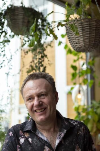 Nostalgisk: Kjell Harry Lyngås eier Café Le Frère. Han lager møbler selv, og er opptatt av det autentiske.