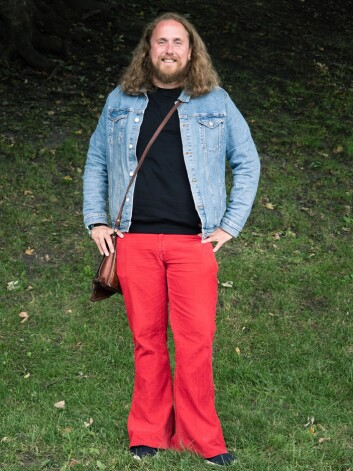Ketil går med slengbukser til vanlig, men siden det er festival har han funnet fram de røde.