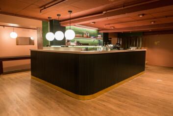 Den nye baren står nå på motsett side av lokalet. Her vil det serverast eit breitt utval av gin.