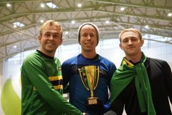 Trenerne på NTNUIs A-lag med pokalen som beviser seieren i kretsens 4. divisjon. Fra venstre: Trym Haakon Blaauw, Einar Moheim og Erlend Flø Gustad.