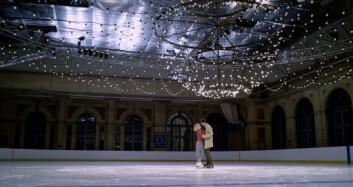 Kate (Emilia Clarke) og Tom (Henry Golding) bryter raskt isen seg imellom.