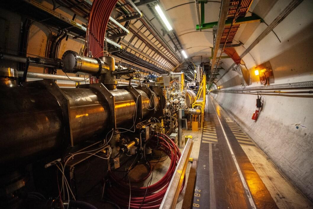 <b>LANGDRYG:</b> Tunnelen rundt protonstrålerøret strekker seg i en 27 kilometer lang sirkel. Arbeidere bruker små sykler og scootere som framkomstmiddel.