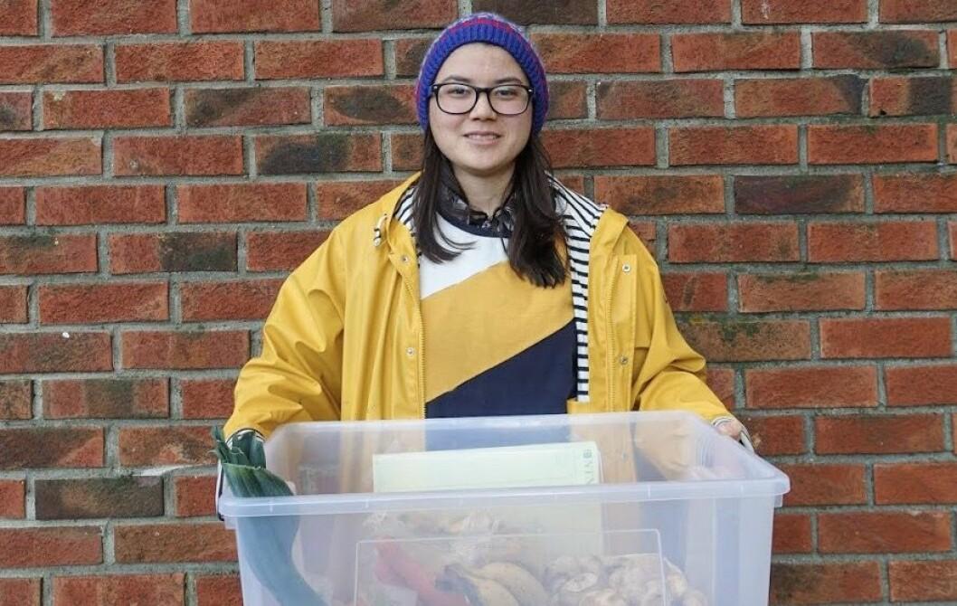 MATREDDER: Seyla Lecomte-Saur viser fram boksen med gratis mat som settes fram på Moholt Studentby.
