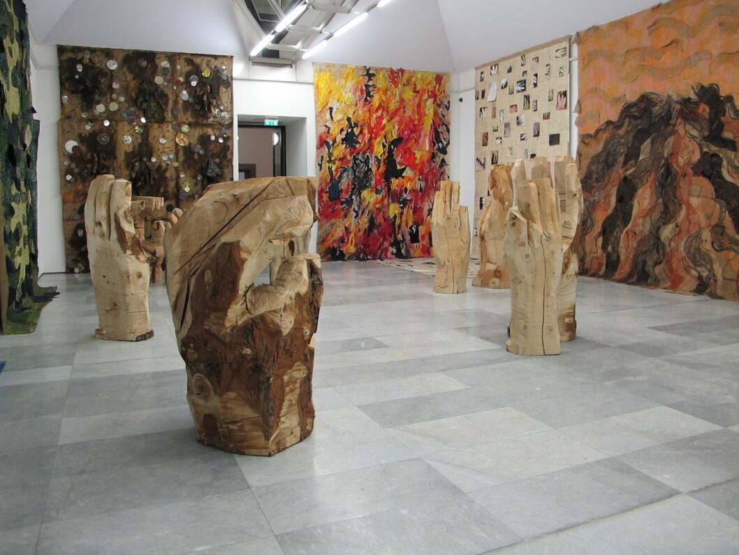 OPPOVER VEGGENE: Gunvor Nervold Antonsens har fylt rommet med sine organiske skulpturer og lerreter.