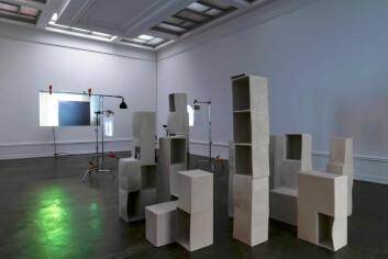 INTIMT: Prisvinner Eline Mugaas' lavmælte og intime utstilling er satt sammen av objekter tømt for innhold.