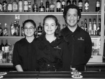 Mari flankert av sine kollegaer i baren. Det beste sjekketrikset er visstnok å jobbe i bar.