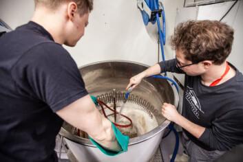 RENGJØRING: Det er ekstremt viktig at tankene blir grundig rengjort etter at ølet er ferdig brygget.