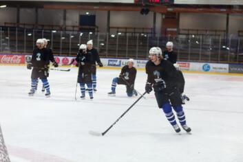 Fort i svingene: Når pucken først er på isen går spillet i en forrykende fart.