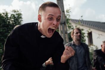 Daniel, spilt av Bartosz Bielenia, bruker fengselsterapi på landsbybeboerene.