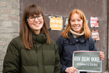 <b>RIV DEM IKKE. VI KOMMER TIL Å KLIKKE: </b>Arkitektstudentene Elise og Anne møtte opp for å demonstrere.