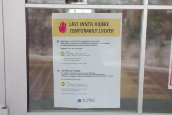 <b>Hvor strengt?</b> Til tross for beskjeder som dette var det flere steder man kunne komme seg inn uten adgangskort på campus fredag.