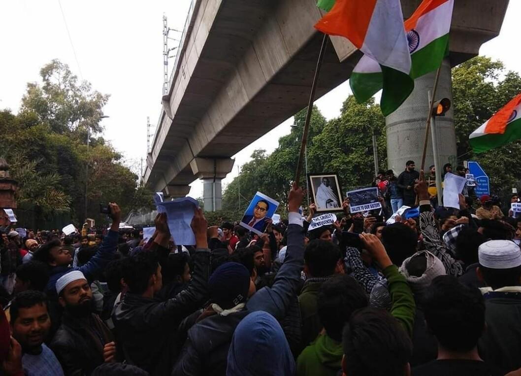 LANDSFADER: Mange demonstranter holder opp bilder av Ghandi, som var for en sekulær stat og ble skutt av et medlem av RSS, organisasjonen som fødte dagens statsministers parti.