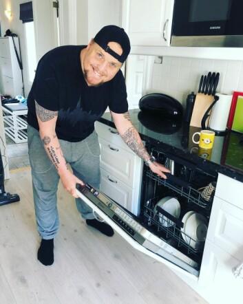 «De anbefaler folk å lære seg noe nytt i dissa koronatider. Idag har jeg lært meg å bruke oppvaskmaskinen. Vanskelig, men veldig gøy!»