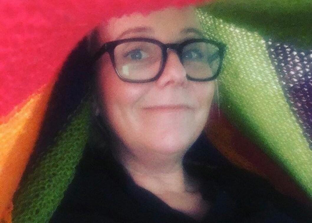 «Her sitter jeg under et teppe for å få god nok lyd til å lese andakter og sende NRK.»