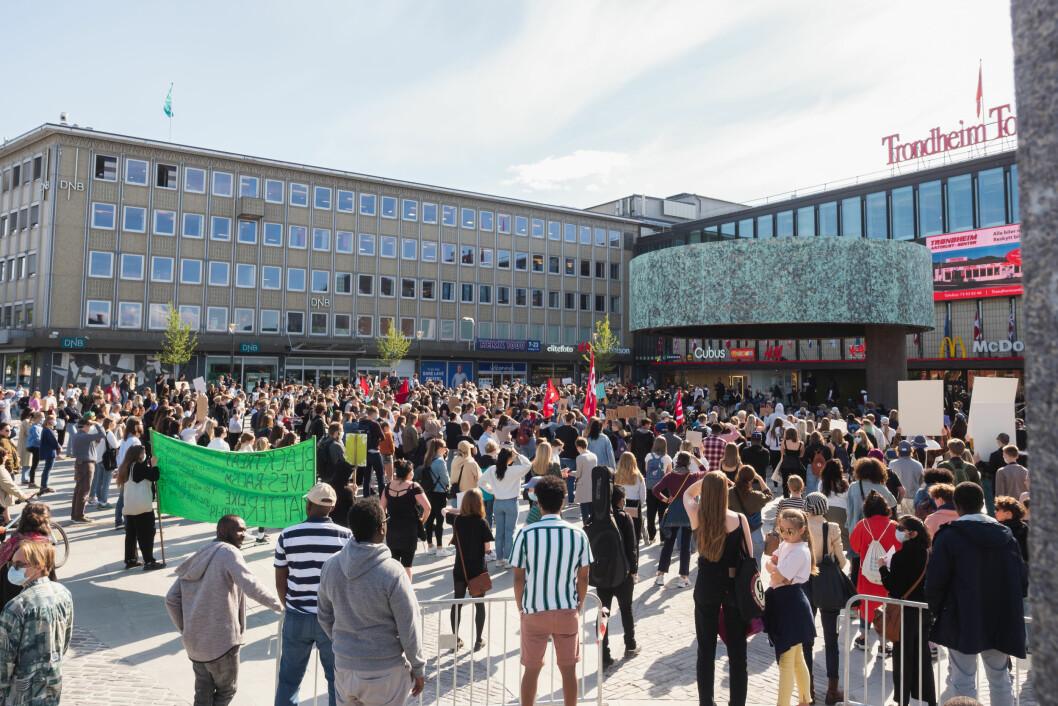 Det er estimert at mellom 500 og 800 mennesker deltok på protesten 9. juni.