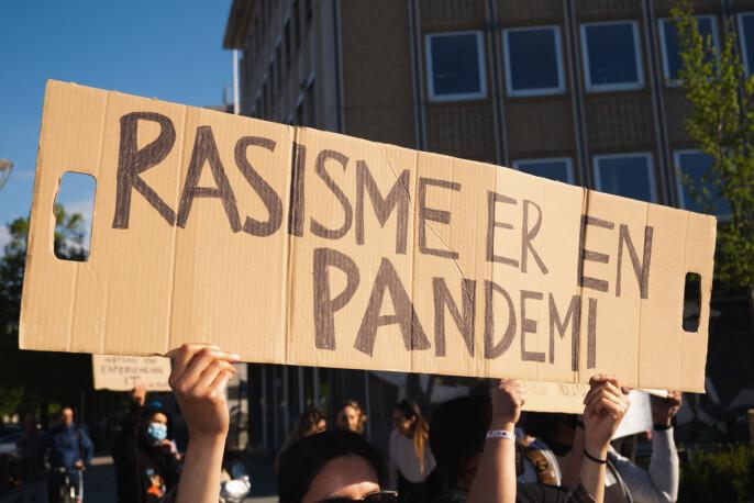 Selv om mange var samlet for å protestere rasisme, var koronaviruset til stede i folks bevissthet.