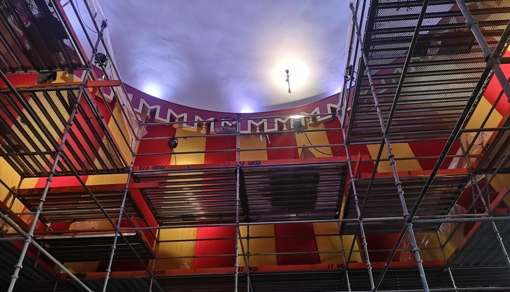 Stillaser er på plass i Storsalen mens den nye duken henges opp. Arbeidet skal etter planen være ferdig fredag 8. august.