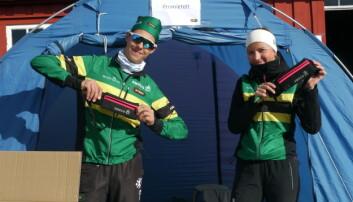 PREMIE: Ulrik Astrup Arnesen løp til en sterk 3.plass på sprinten. Dagen etter stod han frivillig ved premieteltet sammen med Hannah Malmei.