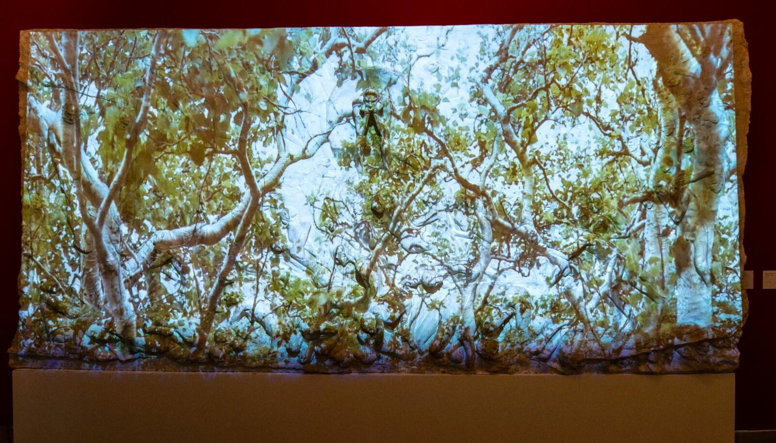 I «Fluktrute med bjørketrær #4» ser du bjørketrær vaie i vinden over Gustav Vigelands «Helvete» fra 1897