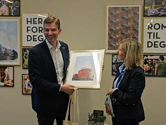 <b>Samfundet: </b>Asheim fikk et innrammet bilde i gave av administrerende direktør i Sit Audhild Kvasheim
