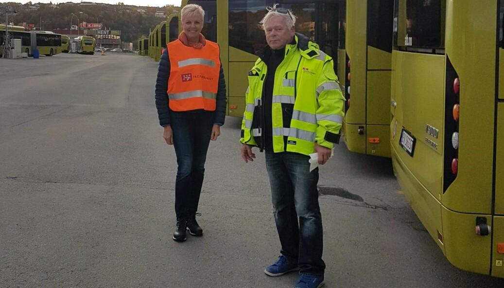 SLUTT PÅ STREIK: Jorun Garli og Raymond Harper foran bussene. De ble satt ut på veiene kjappere enn de ventet seg.