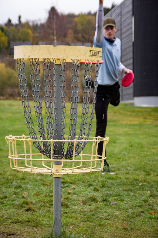 <b>EN KURV OG EN FRISBEE:</b> Mer trengs ikke for å spille frisbeegolf.