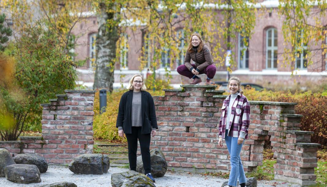 <b>GLADE FOR Å KUNNE VÆRE PÅ CAMPUS:</b> Ingrid Vollset, Nora Pettersen Daldorff og Ella Olivia Vreim Brandal setter pris på å kunne tilbringe tid på universitetet.