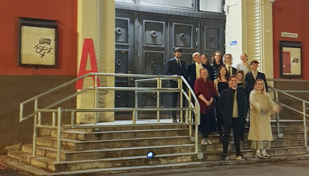 <b>DET BLE AVIS: </b>Medlemmer av redaksjonen foran Samfundet en mørk novermberkveld.