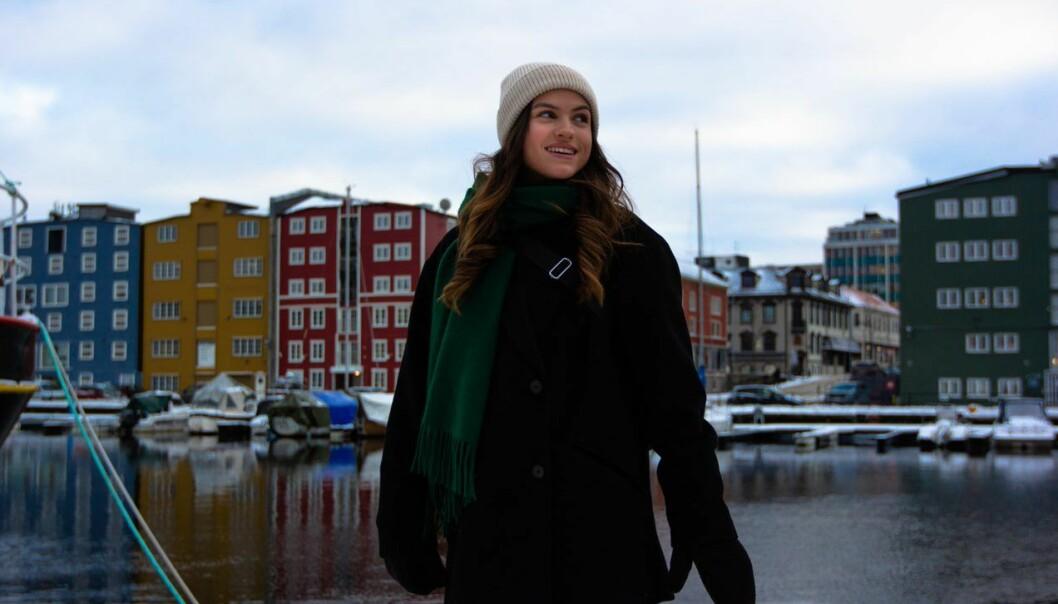 """<span class="""" font-weight-bold"""" data-lab-font_weight_desktop=""""font-weight-bold"""">GODT KJENT:</span> Isabelle er oppvokst i Trondheim, og viser oss de fineste gåturrutene i sentrum."""