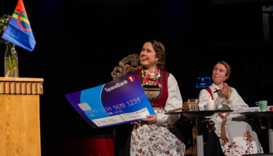 Karen Mjør virket veldig fornøyd med pengesjekken hun fikk fra Velferdstinget.