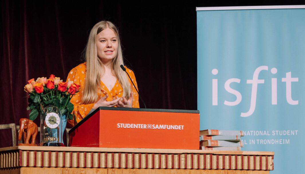 """<span class="""" font-weight-bold"""" data-lab-font_weight_desktop=""""font-weight-bold"""">ISFIT-PRESIDENTENS TALE:</span> Mathilde Enkerud holder tale for hundrevis av studenter som følger med digitalt."""