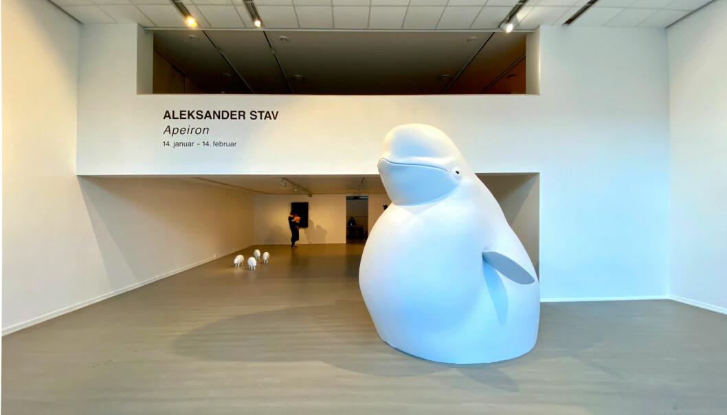 <strong>STOR, HVIT HVAL: </strong>Hvalen er sentral i utstillingen til Aleksander Stav. Utstillingen skulle egentlig stå til 14. februar, men har blitt utvidet til den 21.