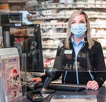 <strong>VEILEDNING: </strong>Elisabeth Moen informerer at Apotek 1 også har brosjyrer med råd og veiledning om skabb
