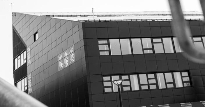 """<span class="""" font-weight-bold"""" data-lab-font_weight_desktop=""""font-weight-bold"""">TRIST:</span> ZEB-labs sorte bygningskropp og grå omgivelser suger alt liv ut av landskapet."""