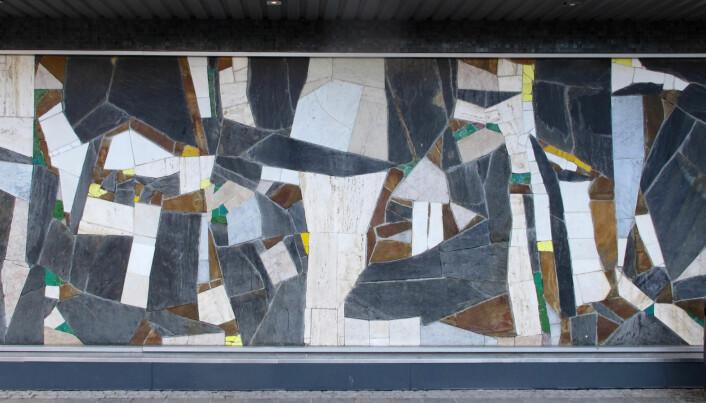 Roar Wolds skifer- og marmormosaikk (1970) på torget.
