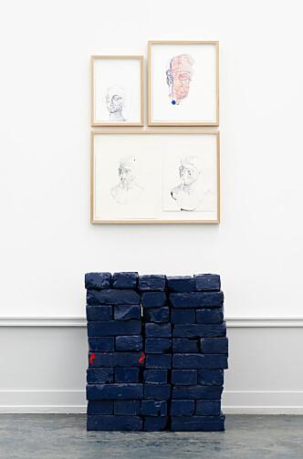 <strong>FUNDAMENT:</strong> Faldbakken har plassert blokker med murstein som en uferdig grunnmur under bildene.