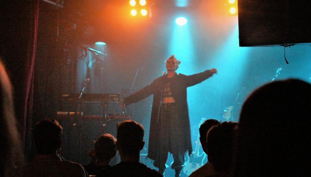 IVA åpner showet og spiller sin aller første konsert til stor applaus.