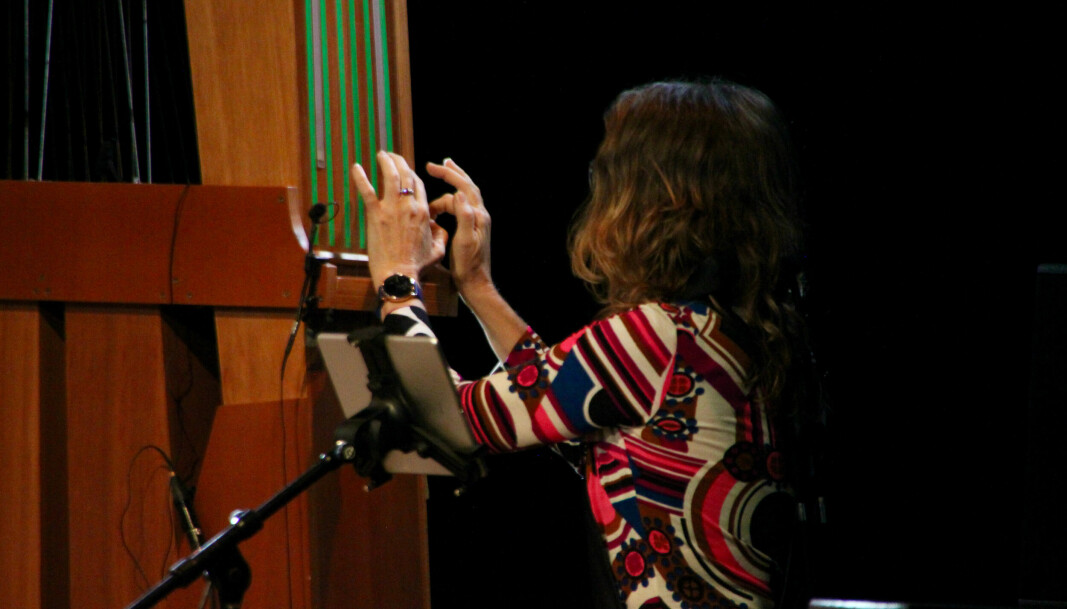 """<span class="""" font-weight-bold"""" data-lab-font_weight_desktop=""""font-weight-bold"""">MEKTIG</span>: Kitharaen er en nesten tre meter høy kasse med stålstrenger på, her spilt av Christine Chapman."""