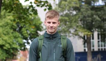 MUNNBIND: Simon Aalmen føler det ikke er noe negativt med å ha på seg munnbind.