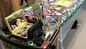 <strong>ÅPENT ATELIER:</strong> Innbyr til deltakelse og veiledning i malerkunsten.